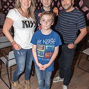 NLD/Hilversum/20190418 - Boekpresentatie Help! mijn kind zit op YouTube, Gerard Ekdom met partner Nicole Smits en hun zonen