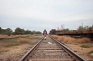Un'adolescente torna da scuola passando sulle ferrovie che attraversano la riserva degli Yaqui, i quali protestano contro le infrastrutture che vengono costruite nel loro territorio senza chiedere autorizzazione ne pagare una tassa.