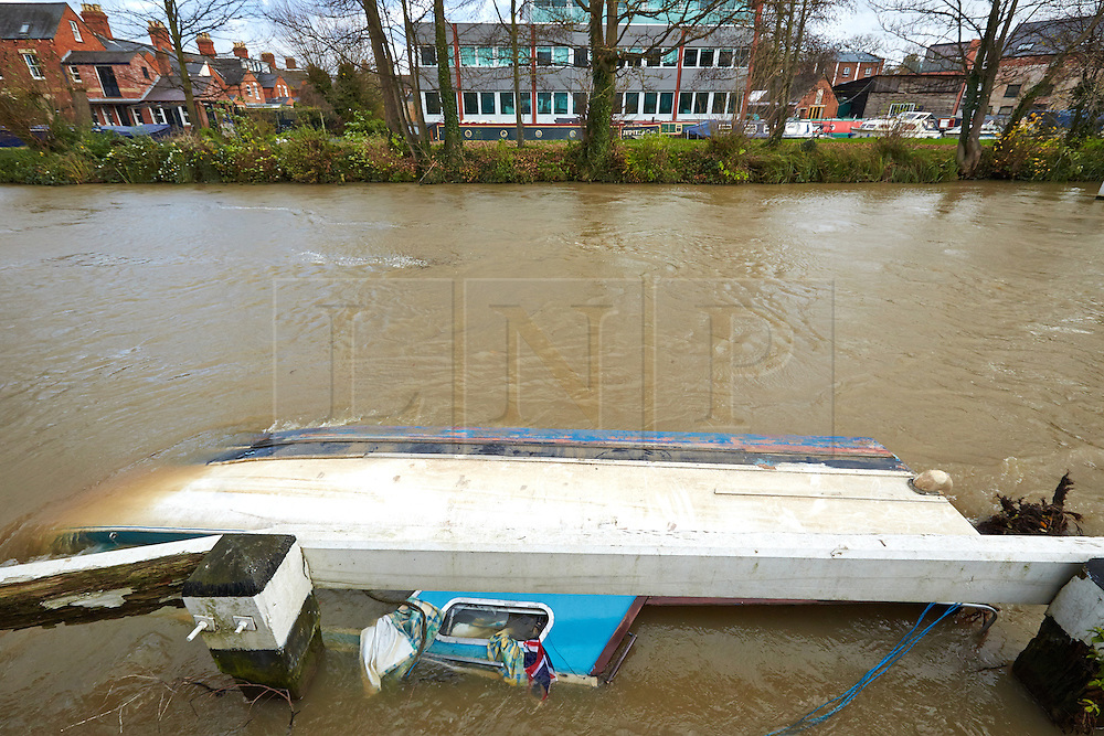 © Licensed to London News Pictures.  22/11/2012. OXFORD, UK. General view of a sunken boat pushed up against a weir near Osney Lock on the River Thames. Strong currents following heavy rain caused the boat to break its moorings. Photo credit :  Cliff Hide/LNP