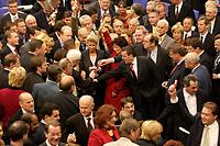 17 OCT 2003, BERLIN/GERMANY:<br /> Gerhard Schroeder, SPD, Bundeskanzler, wirft, zusammen mit vielen anderen Abgeordneten, seine Stimmkarte in die Wahlurne, waehrend der namentlichen Abstimmung zur Arbeitsmarktreform, Plenum, Deutscher Bundestag<br /> IMAGE: 20031017-01-002<br /> KEYWORDS: Gerhard Schröder,