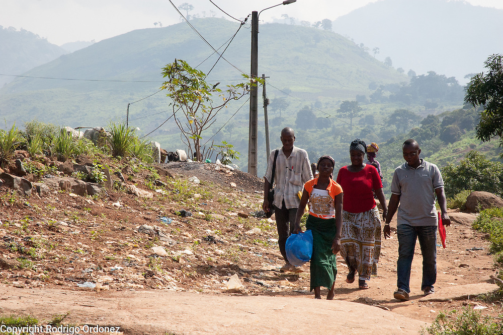 Maimouna, 11, walks through the streets of Man, western Côte d'Ivoire, in the company of family friends and Save the Children staff, the morning before being reunited with her family. She is carrying a plastic bag with her belongings. <br /> Maimouna had been separated from her family for three months, since the moment armed conflict broke out in her hometown, Duékoué, and she had to flee to Man. Save the Children facilitated the reunion with her parents and her return home.