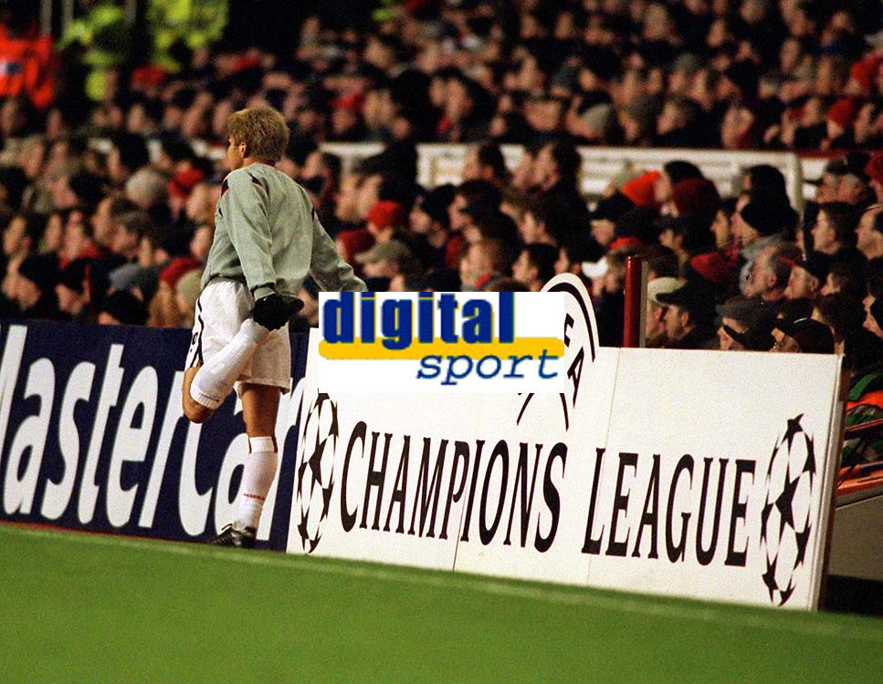 Fotball: Junichi Inamoto, Arsenal,  prepares to come on. Arsenal v Bayer Leverkusen. Champions League. 27.2.2002.<br /><br /> Foto : Andrew Cowie/Digitalsport