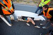 Barclay Henry komt aan na de eerste avondrun. In Battle Mountain (Nevada) wordt ieder jaar de World Human Powered Speed Challenge gehouden. Tijdens deze wedstrijd wordt geprobeerd zo hard mogelijk te fietsen op pure menskracht. Het huidige record staat sinds 2015 op naam van de Canadees Todd Reichert die 139,45 km/h reed. De deelnemers bestaan zowel uit teams van universiteiten als uit hobbyisten. Met de gestroomlijnde fietsen willen ze laten zien wat mogelijk is met menskracht. De speciale ligfietsen kunnen gezien worden als de Formule 1 van het fietsen. De kennis die wordt opgedaan wordt ook gebruikt om duurzaam vervoer verder te ontwikkelen.<br /> <br /> In Battle Mountain (Nevada) each year the World Human Powered Speed Challenge is held. During this race they try to ride on pure manpower as hard as possible. Since 2015 the Canadian Todd Reichert is record holder with a speed of 136,45 km/h. The participants consist of both teams from universities and from hobbyists. With the sleek bikes they want to show what is possible with human power. The special recumbent bicycles can be seen as the Formula 1 of the bicycle. The knowledge gained is also used to develop sustainable transport.