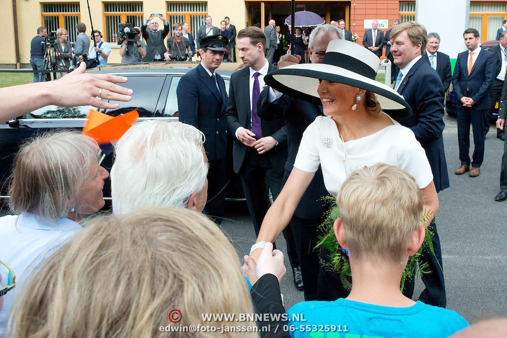 Koning en koningin bezoeken Nedersaksen. In het duitse Werlte krijgt het konuingspaar een rondleiding door het AUDI 3N Kompetenzzentrum<br /> <br /> King and Queen visit Niedersachsen. In the German Werlte the royal couple get a tour of the AUDI 3N Kompetenzzentrum<br /> <br /> Op de foto / On the photo: <br />  Koning Willem Alexander en Koningin Maxima<br /> <br /> King Willem Alexander and Queen Maxima