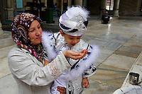 Turquie, Istanbul, mausolée d'Eyüp, garçon le jour de sa circoncision // Turkey, Istanbul, Eyup neighbourhood, Eyup mausoleum, boy on the day of circumcision