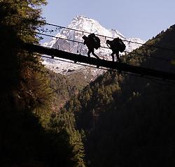 """THEMENBILD - Träger auf einer Hängebrücke. Wanderung im Sagarmatha National Park in Nepal, in dem sich auch sein Namensgeber, der Mount Everest, befinden. In Nepali heißt der Everest Sagarmatha, was übersetzt """"Stirn des Himmels"""" bedeutet. Die Wanderung führte von Lukla über Namche Bazar und Gokyo bis ins Everest Base Camp und zum Gipfel des 6189m hohen Island Peak. Aufgenommen am 08.05.2018 in Nepal // Trekkingtour in the Sagarmatha National Park. Nepal on 2018/05/08. EXPA Pictures © 2018, PhotoCredit: EXPA/ Michael Gruber"""