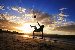 Meninos jogam bola na beira da Praia da Pinheira, Palhoça-SC. FOTO: Jefferson Bernardes/Preview.com