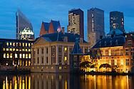 Foto: Gerrit de Heus. Den Haag. 27-10-2015. Avondopnames. Mauritshuis en Binnenhof aan de Hofvijver. Op de achtergrond de ministeries van OCW, VWS, Binnenlandse Zaken, Veiligheid en Justitie.