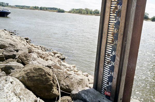 Nederland, the netherlands, Lobith, 14-8-2018 Peilstok in de Rijn bij Tolkamer staat droog. De waterpeilstok begint bij 10 . Laagste stand tot nu toe gemeten was 6,89 in 2011 . De hoogste stand was in 1925 met 16,93 meter . De rivierbodem ligt op 5,20 meter en de gemiddelde jaarhoogte is 9.81 meter. Cijfers Rijkswaterstaat. Foto: Flip Franssen