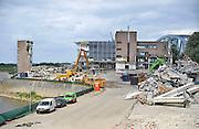Nederland, Nijmegen, 8-7-2011Sloopbedrijf Dusseldorp is bezig met de sloop van het Gelderlandercomplex aan de Waalhaven in Nijmegen. De gebouwen van dagblad De Gelderlander maken plaats voor woontorens. Het is de start van het plan Waalfront West, ook wel Koers West genoemd. Crisis- en herstelwet.Foto: Flip Franssen/Hollandse Hoogte