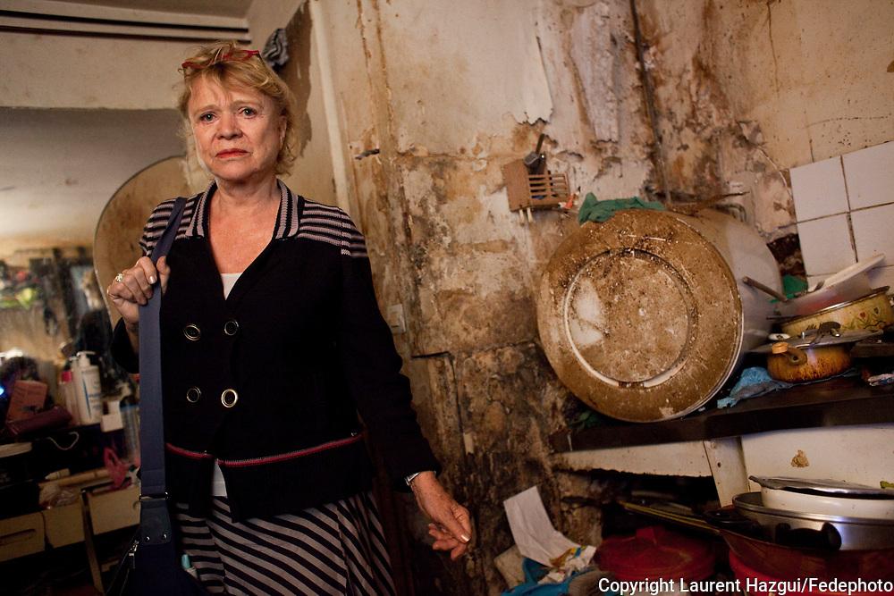 21042011. Paris 10ème. Eva Joly en campagne pour les primaires d'Europe écologie. Sortie sur le logement insalubre. Visite d'un logement délabré où vit une famille africaine depuis 9 ans (relogement en cours).