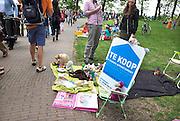 Nederland, Nijmegen, 26-4-2014Eerste, 1e Koningsdag. Vrijmarkt op het Valkhof. Deze mensen hebben hun huis, appartement, te koop.Foto: Flip Franssen/Hollandse Hoogte