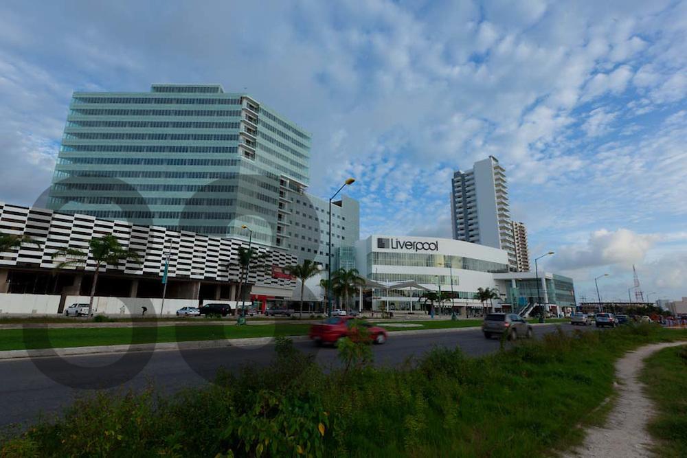 Cancun, Quintana Roo, Mexico: Construccion del centro comercial, habitacional y de negocios Malecon Americas