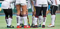 AMSTELVEEN - HOCKEY - De benen van alle hockeysters zijn bedekt door een maillot,  op die van Kitty van Male na, tijdens de hoofdklasse hockeywedstrijd tussen de vrouwen van Amsterdam en MOP (2-0). Eind maart en erg koud.  FOTO KOEN SUYK