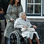 NLD/Blaricum/20100924 - Liz Snoyink met haar moeder wandelend in Blaricum
