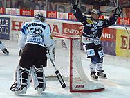 Fribourgs Adam Munro hat gegen Ambris Mattia Baldi das nachsehen © Pascal Gabriel