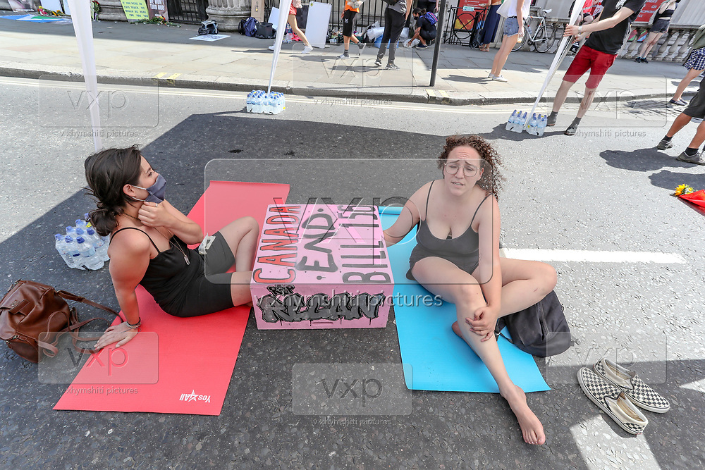 Two activists have chained themselves in the middle of the street facing the entrance of the Canada House.<br /> Dozens of Canadian and British animal rights activists are protesting against a law brought by the Ontario government known as Bill 156. The law makes it illegal to take photographs of animals in transport to slaughterhouses and give water to animals before their death. (Photo/ Vudi Xhymshiti)