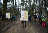Postolowo, Puszcza Bialowieska, 30.12.2017. Zimowy Spacer Obywatelski w Puszczy . Akcja zostala zorganizowana po tym , jak Nadlesnictwo Hajnowka zamknelo dla turystow kolejne obszary lesne . Protestujacy uwazaja , ze przyczyni sie do zmniejszenia zainteresowania Puszcza turystow a tym samym po raz kolejny oslabi branze turystyczna w regionie Puszczy Bialowieskiej N/z jeden z uczestnikow marszu pkazuje mape z zakazami wstepu w Puszczy fot Michal Kosc / AGENCJA WSCHOD