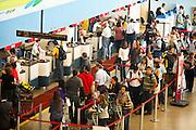 Confins_MG, Brasil...Fila de embarque no aeroporto internacional Trancredo Neves em Confins, Minas Gerais...Line to boarding at Tancredo Neves International Airport in Confins, Minas Gerais...Foto: LEO DRUMOND / NITRO