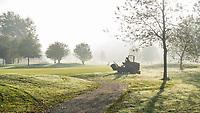 HALFWEG - greenkeeper in de mist. maaien, maaier, herfst op de Amsterdamse GC.  COPYRIGHT KOEN SUYK