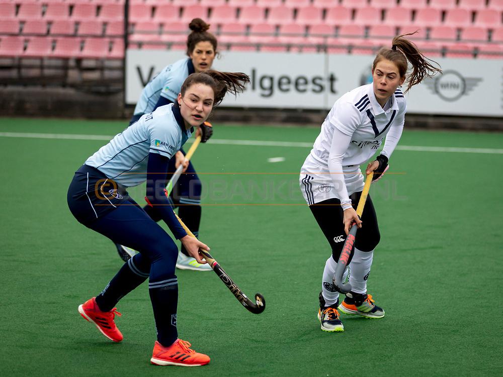 LAREN -  Hockey Hoofdklasse Dames: Laren v Pinoké, seizoen 2020-2021. Foto: Sophie Schelfhout (Laren) en Josephine Murray (Pinoké)