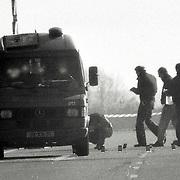 NLD/Almere/1988 - Poging overval geldwagen A6 bij Almere waarbij met zware wapens diverse schoten zijn gelost op de wagen