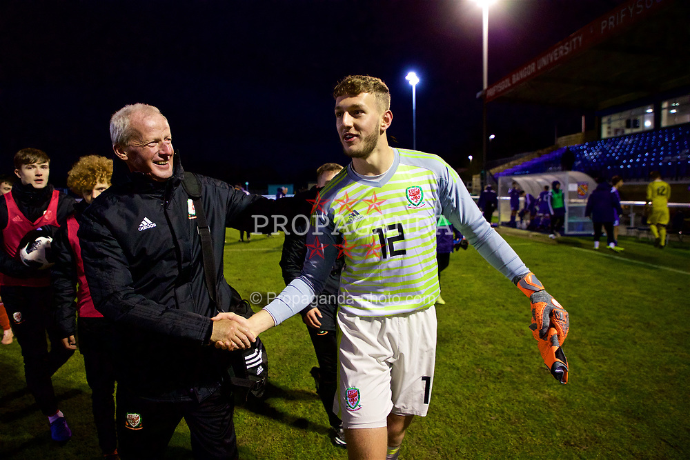 BANGOR, WALES - Tuesday, November 20, 2018: Wales' coach Jeff Wood celebrates with goalkeeper Adam Przybek after a 2-0 victory over San Marino and qualification into the Elite Round after the UEFA Under-19 Championship 2019 Qualifying Group 4 match between Wales and San Marino at the Nantporth Stadium. (Pic by Paul Greenwood/Propaganda)
