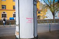 """DEU, Deutschland, Germany, Tübingen, 15.04.2021: Schriftzug auf schwäbisch """"Pandemie isch over!"""" an einer Litfaßsäule."""