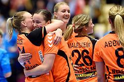 18-12-2015 DEN: World Championships Handball 2015 Poland  - Netherlands, Herning<br /> Halve finale - Nederland staat in de finale door Polen met 30-25 te verslaan / Michelle Goos #21, Yvette Broch #13