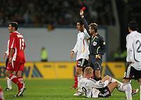 Fotball<br /> Privatlandskamp<br /> Tyskland v Georgia 2-0<br /> 07.10.2006<br /> Foto: Witters/Digitalsport<br /> NORWAY ONLY<br /> <br /> Schiedsrichter Gerald Lehner ziegt Zurab Khizanishvili die Gelb Rote Karte nach Foul an Mike Hanke <br /> v.l. Khizanishvili, Michael Ballack, Schiedsrichter Lehner, am Boden Hanke