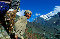 Nepal - Region du Khumbu - Region de l'Everest - Porteur de trekking