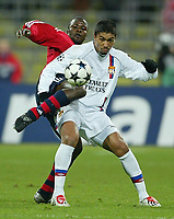 Fotball<br /> UEFA Champions League 2003/2004<br /> 05.11.2003<br /> Foto: Digitalsport<br /> Norway Only<br /> <br /> v.l. Sammy Kuffour - Giovane Elber Lyon<br /> Champions League FC Bayern München - Olympique Lyon