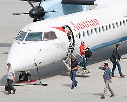 THEMENBILD - ein Flugzeug mit der Kennung OE-LGJ, der Fluglinie Austrian Airlines wird am Flughafen Innsbruck entladen, Österreich, aufgenommen am 09.07.2015 // an aircraft with the registration OE-LGJ of the Austrian Airlines being unloaded at Innsbruck Airport, Austria on 2015/07/09. EXPA Pictures © 2015, PhotoCredit: EXPA/ Jakob Gruber