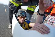 Jan Marcel van Dijken komt aan op de zesde en laatste racedag van de WHPSC. In Battle Mountain (Nevada) wordt ieder jaar de World Human Powered Speed Challenge gehouden. Tijdens deze wedstrijd wordt geprobeerd zo hard mogelijk te fietsen op pure menskracht. Ze halen snelheden tot 133 km/h. De deelnemers bestaan zowel uit teams van universiteiten als uit hobbyisten. Met de gestroomlijnde fietsen willen ze laten zien wat mogelijk is met menskracht. De speciale ligfietsen kunnen gezien worden als de Formule 1 van het fietsen. De kennis die wordt opgedaan wordt ook gebruikt om duurzaam vervoer verder te ontwikkelen.<br /> <br /> Jan Marcel van Dijken arrives at the sixth and last racing day of the WHPSC. In Battle Mountain (Nevada) each year the World Human Powered Speed Challenge is held. During this race they try to ride on pure manpower as hard as possible. Speeds up to 133 km/h are reached. The participants consist of both teams from universities and from hobbyists. With the sleek bikes they want to show what is possible with human power. The special recumbent bicycles can be seen as the Formula 1 of the bicycle. The knowledge gained is also used to develop sustainable transport.