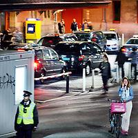 Nederland, Amsterdam , 21 juli 2011..Verkeersregelaars en toezichthouders bij taxistandplaats Centraal Station reguleren s'nachts het aantal taxi's dat toegang mag worden verleend tot de taxistandplaats..Ze bemoeien zich verder niet met de taxichauffeurs en het gesjoemel omtrent de rittenprijzen die ze onderling afspreken..Foto:Jean-Pierre Jans