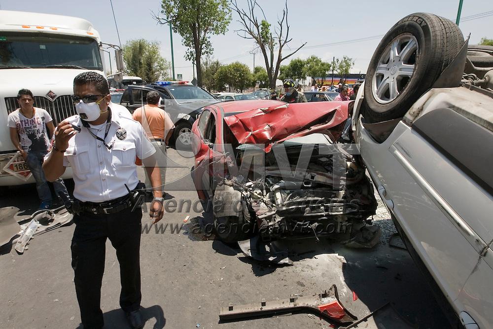 Metepec, Mex.- Dos personas resultaron lesionadas al sucitarse un choque por alcance en la carretera Tenango - Toluca, quedando un vehiculo volcado y la afectación de la circulación por mas de media hora, tiempo en que los bomberos y paramédicos realizaron el rescate de uno de los lesionados que quedó atrapado. Agencia MVT / Mario Vázquez de la Torre. (DIGITAL)<br /> <br /> NO ARCHIVAR - NO ARCHIVE