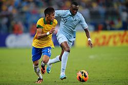 Neymar disputa com Josuha Guilavogui no amistoso entre Brasil e França no estádio Arena do Grêmio, em Porto Alegre (RS). FOTO: Jefferson Bernardes/Preview.com