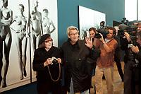 """30 OCT 2000, BERLIN/GERMANY:<br /> June Newton und Helmut Newton, Fotograf, stellen sich fuer ein Foto vor Newtons Bild """"Sie kommen"""", Pressekonferenz zur Eroeffung der Ausstellung """"Helmut Newton: WORK"""", Neue Nationalgalerie<br /> IMAGE: 20001030-01/01-20"""