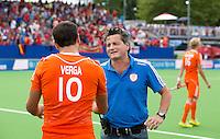 BOOM - Bondscoach Paul van Ass met Valentin verga (l) na de wedstrijd om het brons tussen de mannen van Nederland en Engeland op het EK hockey in Boom. Nederland wint met 3-2. ANP KOEN SUYK