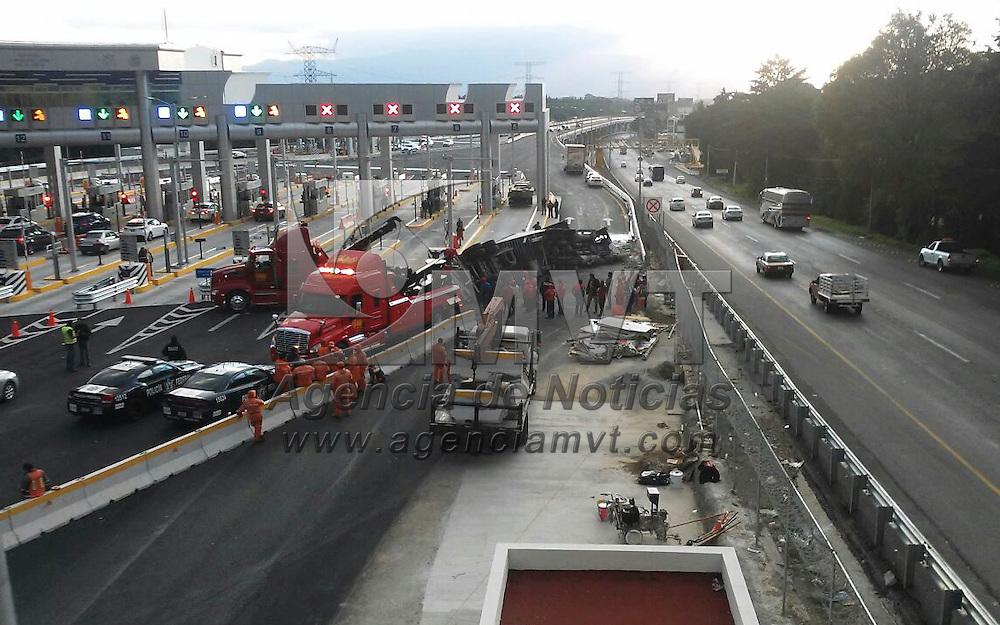 Ocoyocac, México ( Octubre 27, 2016).- Un tráiler cargado de embutidos volcó en la caseta de la nueva autopista La Marquesa-Lerma, donde sólo registraron daños materiales, polcia federal resguardo la unidad mientras se realizaron labores de limpieza. Agencia MVT / Crisanta Espinosa.