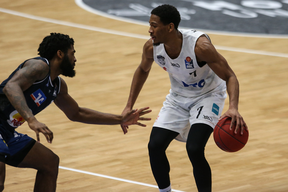 Basketball: Deutschland, 1. Bundesliga, Hamburg Towers - HAKRO Merlins Crailsheim, Hamburg, 10.01.2021<br /> Kameron Taylor (Towers, r.)<br /> © Torsten Helmke