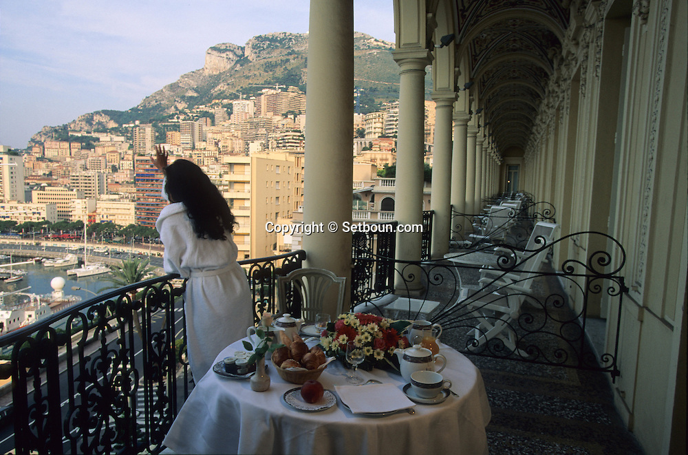 Breakfast on the  - Belle epoque -  -  balcony in hotel Hermitage    Monaco     Petit déjeuner sur le balcon belle époque à l'hotel Hermitage     Monaco   R20103/    L3188  /  P103315