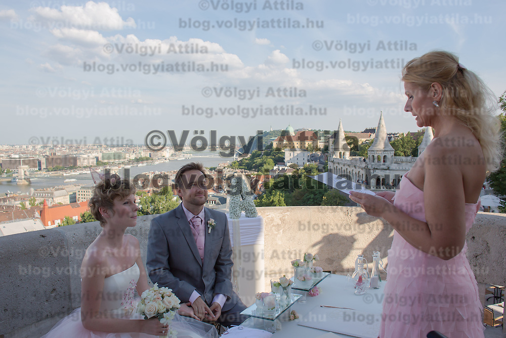 Wedding tourists Lisa Gant and Alex Pelling from England hold their 53rd wedding in Budapest, Hungary on July 09, 2013. ATTILA VOLGYI