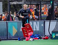 BLOEMENDAAL - keeper David Harte (Kampong)  gaat eruit voor een vliegende keeper,    tijdens   de derde en beslissende finale van de play-offs om de Nederlandse titel. Bloemendaal-Kampong (2-0). Bloemendaal is landskampioen.    COPYRIGHT  KOEN SUYK
