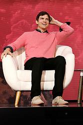 November 19, 2016 - Los Angeles, Kalifornien, USA - Ashton Kutcher spricht auf dem Airbnb Open 2016 zum Thema 'The Game Plan: Strategies for Entrepreneurs' im Orpheum Theatre. Los Angeles, 19.11.2016 (Credit Image: © Future-Image via ZUMA Press)
