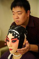 Chine, Shanghai, Opera au Grand Theatre de Shanghai, la cantatrice Li Pei-Hong de la troupe de l Opera de Pekin se prepare dans les loges //  China, Shanghai, Shanghai Grand Theatre, Li Pei-Hong  from Beijing Opera make up, back stage