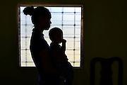 Rosi Aguilar es retratada en el interior de su casa en Choloma, Honduras, antes de que emprenda el viaje hacia los Estados Unidos para alejarse de la violencia de las pandillas. (Prometeo Lucero)