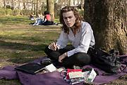 20200331-Zonnig-Brussel Warandepark.De stad Brussel, wat de mensen zoal doen tijdens een van de eerste echt warme dagen in de stad tijdens de lockdown ivm de covid pandemie