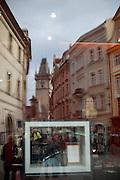 Spiegelung des Altstaedter Rathauses in einem Schaufenster.