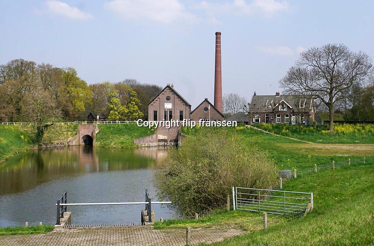 Nederland, Appeltern, 15-4-2019Het historische gemaal, stoomgemaal de Tuut . In 1917 was besloten tot de bouw, aan de toenmalige Maasdijk nabij de Tuut, de uitmonding van de Nieuwe Wetering in de Maas, van het Stoomgemaal De Tuut te Appeltern. Het stoomgemaal is in 1918 in gebruik genomen en in 1919 definitief opgeleverd. Het gemaal is gebouwd in opdracht van de samenwerkende waterschappen in Maas en Waal en het Rijk van Nijmegen .FOTO: FLIP FRANSSEN